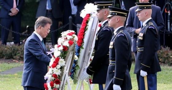 문재인 대통령이 30일 오전(현지시간) 미국 워싱턴에 있는 한국전 참전기념비 공원을 방문해 헌화하고 있다. [워싱턴=연합뉴스]
