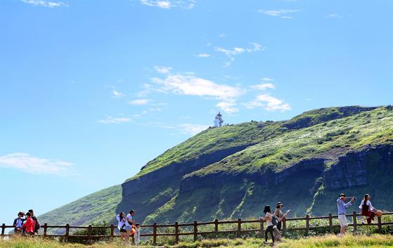 우도봉. 우도는 제주도에서 가장 뜨거운 관광지다. 하루에 8000명씩 우도에 들어온다. 우도 검멀레 해안에서 바라본 우도봉. [중앙포토]