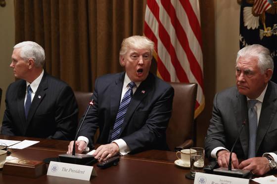 도널드 트럼프 대통령이 30일(현지시간) 문재인 대통령과의 확대 정상회담을 하고 있다. 그의 옆에 마이크 펜스 부통령(왼쪽)과 렉스 틸러슨 국무장관이 자리했다.[AP=연합]