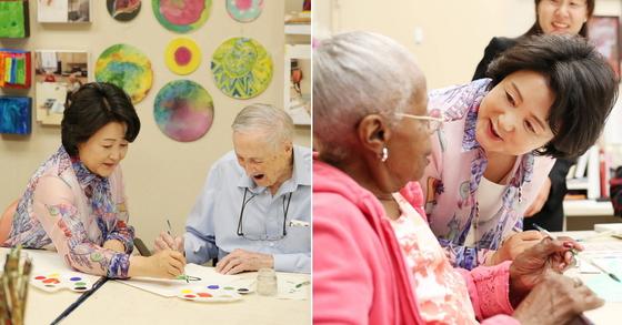 문재인 대통령 부인 김정숙 여사가 30일 오전(현지시간) 미국 워싱턴에 있는 노인복지시설(IONA Senior Services)을 방문, 미술치료프로그램에 참여하고 있다.[사진 청와대 제공]