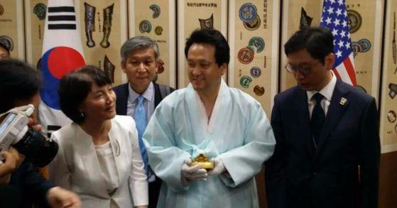 30일(현지시간) 문정왕후 어보, 현종 어보 반환식에 참석한 안민석 더불어민주당 의원. [사진 안민석 의원 페이스북]