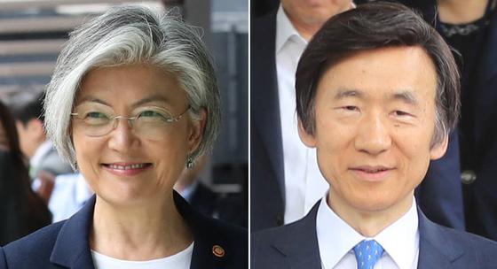 강경화 외교부 장관(왼쪽)과 윤병세 전 외교부 장관. [중앙포토]