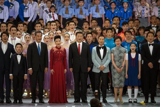 시진핑 중국 국가주석이 홍콩컨벤션센터에서 열린 홍콩 주권 반환 20주년 전야 기념행사에서 부인 펑리위안 여사와 함께 합창하고 있다. [홍콩 EPA=연합뉴스]