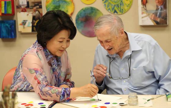 문재인 대통령 부인 김정숙 여사가 30일 오전(현지시간) 미국 워싱턴에 있는 노인복지시설(IONA Senior Services)을 방문, 어르신과 그림을 그리고 있다. [사진 청와대]