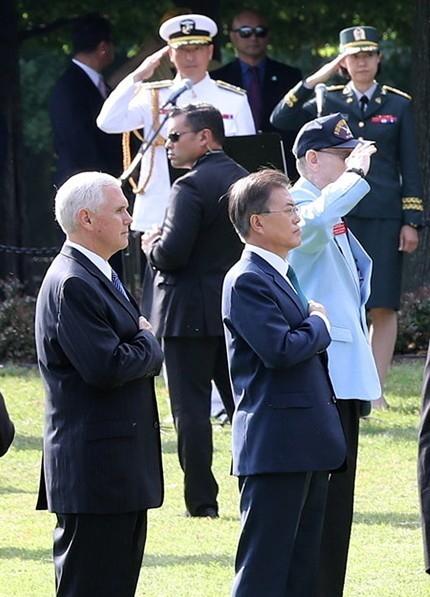 문재인 대통령이 30일 오전(현지시간) 미국 워싱턴에 있는 한국전 참전기념비 공원을 방문해 참전용사들의 넋을 기리며 묵념하고 있다.