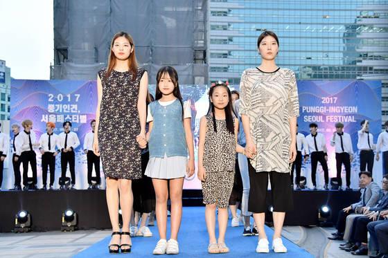 지난달 5일 서울 청계광장에서 열린 풍기인견 패션쇼 중 한 장면. [사진 영주시]