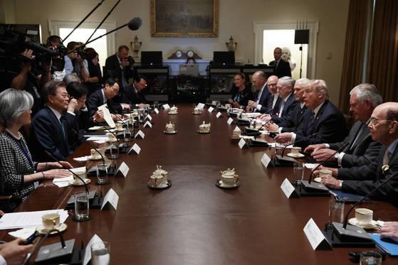 문재인 대통령과 지난달 30일(현지시간) 백악관 확대 정상회담을 시작하며 도널드 트럼프 대통령은 윌버 로스 상무장관에게 공개 발언할 기회를 줬다. 오른쪽 테이블 첫번째가 로스 장관[AP=연합]