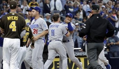 로버츠 다저스 감독이 그린 감독을 손가락으로 가리키며 설전을 벌이고 있다. [AP=연합뉴스]