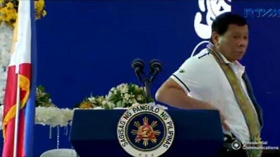 권총을 보여주는 필리핀 로드리고 두테르테 대통령. 사진=GMA 온라인 캡처