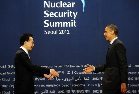 이명박 대통령이 2012년 3월 26일 코엑스에서 열린 핵안보정상회의 환영 리셉션에 참석한 미국 버락 오바마 대통령을 영접하고 있다. [ 사진공동취재단 ]