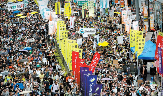 """홍콩 반환 20주년이 되는 1일 홍콩 도심에서 6만 명이 참가한 가운데 '7·1 대행진'이 열렸다. 시위 참가자들은 """"일국양제를 수호하자""""는 구호를 외쳤다. [AP=연합뉴스]"""