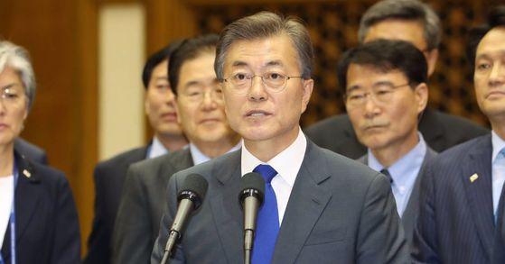 미국 방문을 마친 문재인 대통령이 2일 오후 서울공항에 도착, 귀국 인사말을 하고 있다. [사진 연합뉴스]