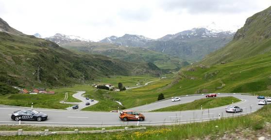 6월 9~17일 스위스에서 전기자동차 대회 '웨이브(WAVE)'가 열렸다. 그라우뷘덴주에 있는 율리어고개를 질주하는 참가자들. [최승표 기자]