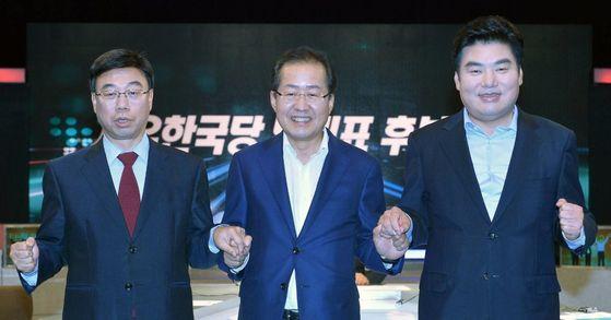 지난달 27일 오후 서울 마포구 상암동 MBC에서 열린 자유한국당 당 대표 후보자 100분 토론에 참석한 당 대표 후보들. [사진 연합뉴스]