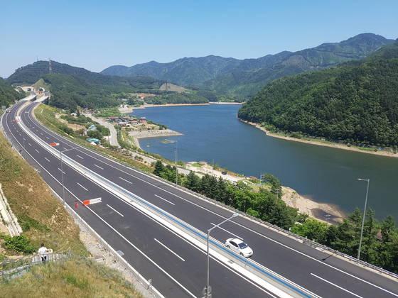 지난달 30일 개통한 동서고속도로. 박진호 기자