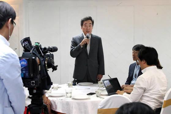 이낙연 국무총리가 30일 취임 한 달을 맞아 서울 시내 식당에서 출입기자들과 오찬간담회를 갖고 발언하고 있다.