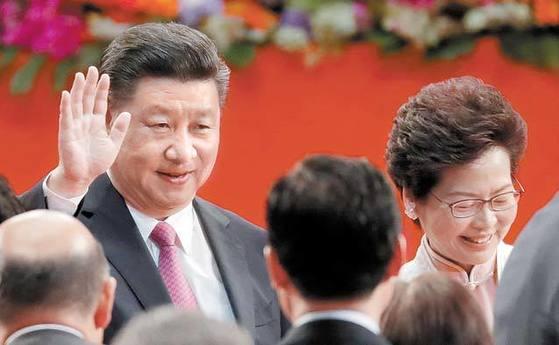 1일 캐리 람 홍콩 새 행정장관의 취임식에 참석한 시진핑 중국 국가주석(왼쪽). [AP=연합뉴스]