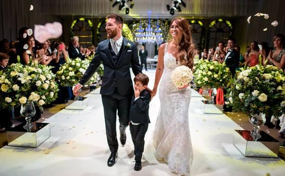 1일 아르헨티나에서 결혼식을 올린 메시(왼쪽)와 로쿠소. [사진 메시 페이스북]