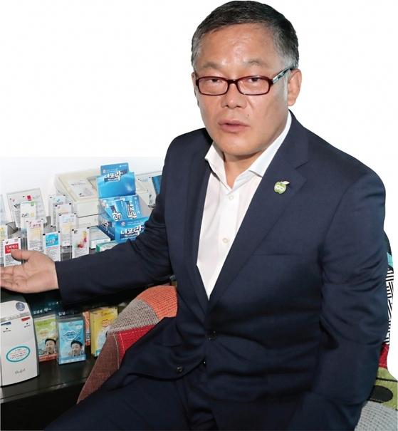 장석훈 씨엘팜 사장이 6월 21일 서울 성동구 씨엘팜 본사에서 구강용해 필름 제품을 소개하고 있다. / 사진:최정동