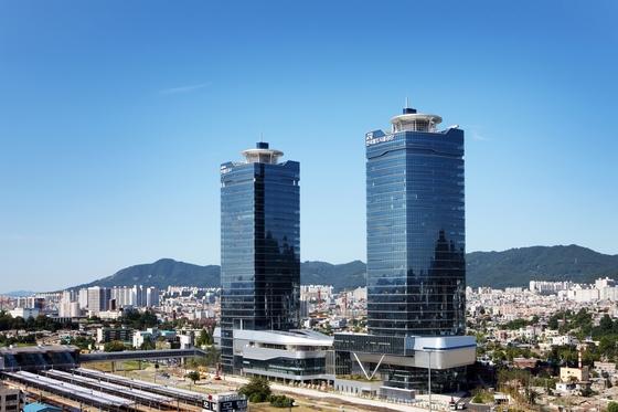 대전역 뒤 편에들어 서있는쌍둥이 빌딩. 2004년 철도구조개혁으로 출범한 한국철도시설공단(오른쪽 건물)과 코레일(왼쪽 건물)이 각각 입주해 있다. [중앙포토]
