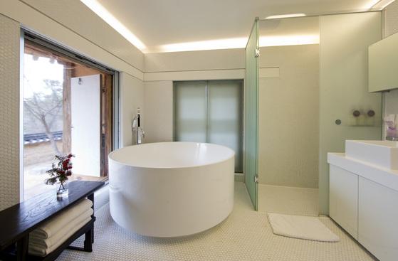 바깥 담장이 적절히 외부 시야를 가려주는 서운정의 욕실. [중앙포토]