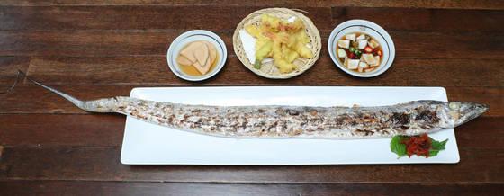 길이 1m가 넘는 제주산은갈치를 그릴에 구워낸 제주식당의 은갈치통구이. 김춘식 기자
