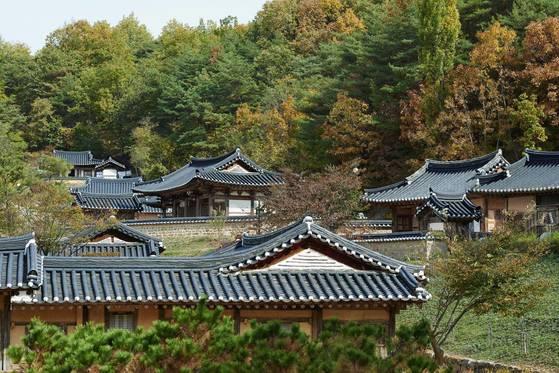 구름에를 이루고 있는 7채의 조선시대 고택. 안동댐 건설로 수몰 위기에 몰렸던 한옥이다. [사진 구름에]