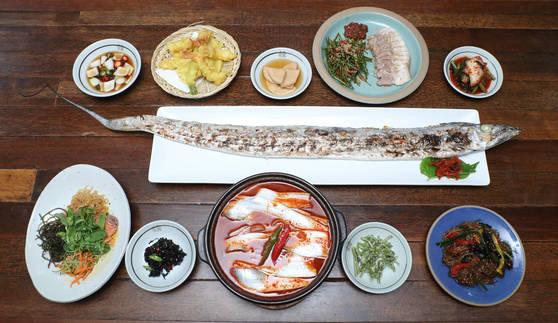 제주 갈치는 특유의 은빛때문에 은갈치로 불린다. 7월부터 많이 잡히기 시작한다. 사진은 서울 한남동 제주식당의 제주도 은갈치통구이(가운데)와 뼈없는 제주은갈치조림(아래).김춘식 기자