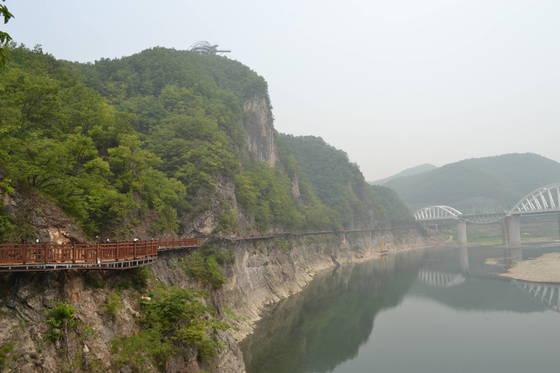 만천하스카이워크 입구에는 1.1㎞ 길이 수양개역사문화길이 조성돼 있다. 높이 30m의 데크를 걸으며 기암절벽과 남한강 풍경을 감상할 수 있다. 단양=최종권 기자