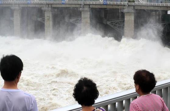 경기도 하남시 팔당댐이 5개 수문을 열고 물을 방류하자 주민들이 지켜보고 있다. 신인섭 기자