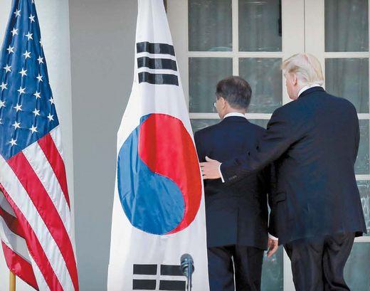 지난달 30일 정상회담 공동성명 발표 후 문재인 대통령과 트럼프 미국 대통령이 백악관으로 이동하고 있다. [사진 중앙포토]