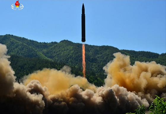 북한 조선중앙TV는 4일 대륙간 탄도미사일(ICBM) '화성-14' 시험발사에 성공했다며 ICBM 발사 모습을 공개했다. 사진은 북한이 발사한 '화성-14'의 모습. [사진 조선중앙TV]