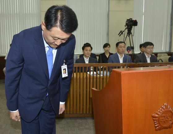 이철성 경찰청장이 후보시절 인사청문회에 참석해 인사하고 있는 모습. [중앙포토]
