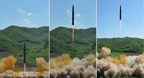 북한 조선중앙TV는 4일 대륙간 탄도미사일(ICBM) '화성-14' 시험발사에 성공했다며 ICBM 발사 모습을 공개했다. [사진 조선중앙TV]