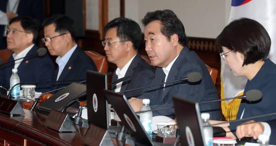 이낙연 국무총리(오른쪽 둘째)가 4일 오전 정부서울청사에서 열린 국무회의에서 모두 발언을 하고 있다. 사진. 최정동 기자