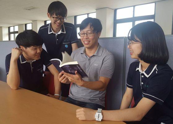 자신들이 낸 소설집을 펼쳐보는 윤자영 교사(왼쪽에서 셋째)와 '사이언픽션' 회원들. [사진 윤자영]