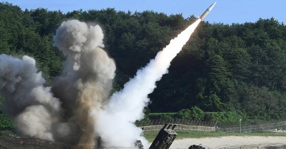 북한의 대륙간탄도미사일(ICBM) 도발에 대응해 5일 오전 동해안에서 열린 한미 연합 탄도미사일 타격훈련에서 주한미군의 에이태킴스(ATACMS) 지대지미사일이 발사되고 있다. [사진 합동참모본부]