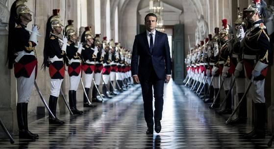 에마뉘엘 마크롱 프랑스 대통령이 3일(현지시간) 취임 첫 상·하원 합동 국정연설을 하기 위해 파리 외곽 베르사이유 궁으로 들어서고 있다. 마크롱 대통령은 대선 공약이던 의회 정원 감축 의지를 밝혔다. 상·하원이 소집될 때 베르사유 궁을 이용하는 것은 1875년부터 내려온 프랑스의 전통이다. [AFP=연합뉴스]