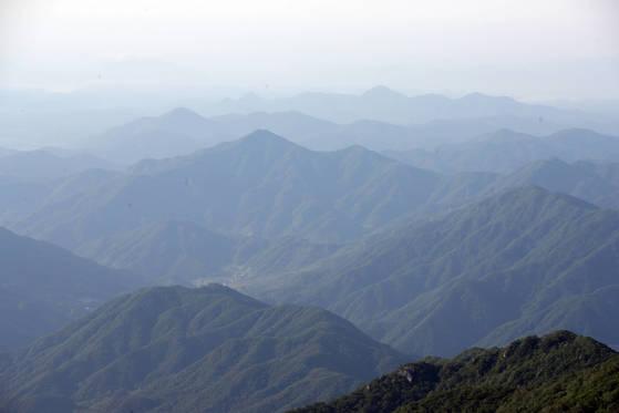 제석봉에서 바라본 지리산 풍경. 송봉근 기자