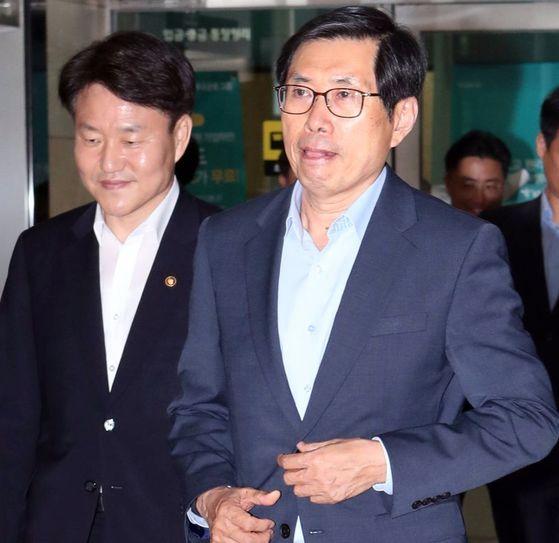 박상기 후보자(오른쪽)가 4일 서울 적선동의 사무실에서 나오고 있다. [최정동 기자]