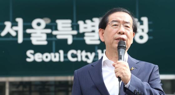 박원순 서울시장은 '비정규직의 정규직화'를 핵심 시정목표로 내걸고 관련 정책을 추진해왔다. [중앙포토]