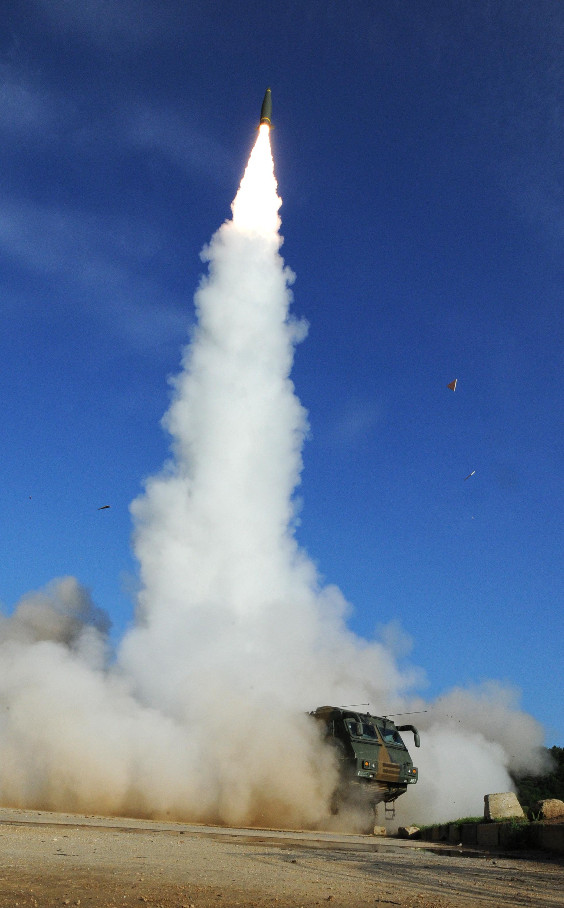 5일 오전 동해안에서 한국군 탄도미사일 현무-2A가 발사되고 있다. [사진 합동참모본부]