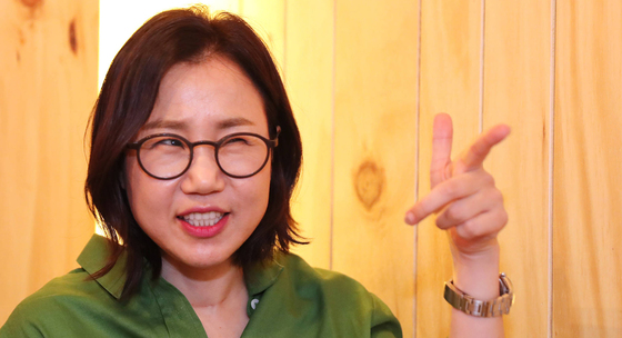 송송 예비 부부의 인연을 만든 김은숙 작가. [중앙포토]