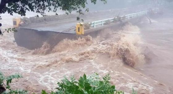 강원도 홍천군 내면에 300mm가 넘는 폭우가 내리면서 가덕교 일부도로가 유실됐다. 도로 유실로 20가구 70여 명이 주민이 고립됐다. [사진 국민안전처]