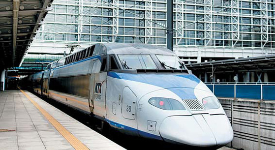 코레일이 운영하는 고속열차 KTX가 승강장에 들어서고 있다. 코레일은 좌석 수를 늘리기 위해 KTX 특실을 일반실로 불법 개조하다 국토교통부에 적발됐다.[사진 코레일]