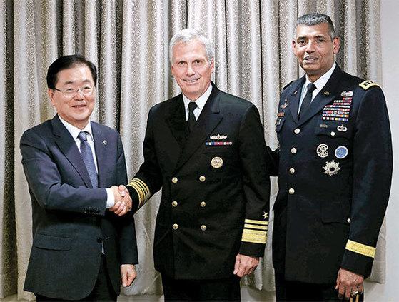 정의용 국가안보실장(왼쪽)이 지난달 5일 청와대에서 제임스 실링 미 국방부 미사일방어국장(가운데)을 만났다. 오른쪽은 빈센트 브룩스 한미연합사령관. [사진 청와대]