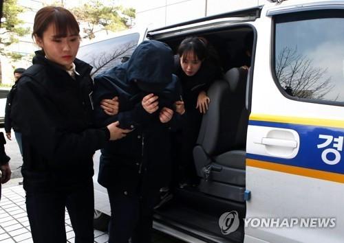 인천 초등생을 살해한 혐의를 받고 있는 K양(17)으로부터 시신 일부를 건네 받아 유기한 혐의로 기소된P양(18)이 앞서 지난 4월 13일 영장실질심사를 받기 위해 인천지방법원으로 들어서고 있는 모습.[연합뉴스]
