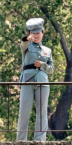북한군 병사가 5일 신의주 압록강가에서 취재진을 향해 손가락질하고 있다. [AFP=연합뉴스]