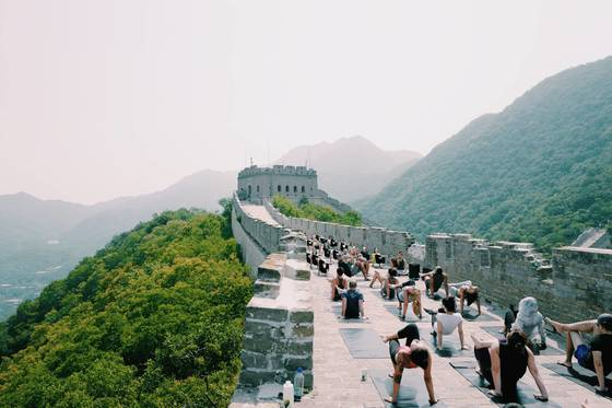 지난 6월 18일 정오 중국 만리장성 성벽 위에서 요가 매트를 깔고 명상에 잠긴 사람들. 스포츠웨어 브랜드 룰루레몬의 '언롤 차이나' 사전 행사로, 중국 전역에서 모인 50여 명이 2시간 동안 함께 요가를 했다.