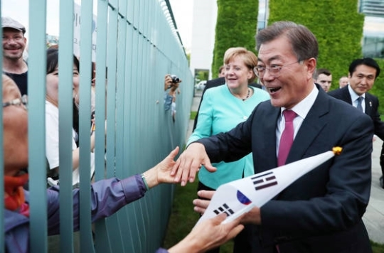 문재인 대통령의 제안을 흔쾌히 수락한 메르켈 총리가 함께 우리 교민들에게 가고 있다. 김성룡 기자